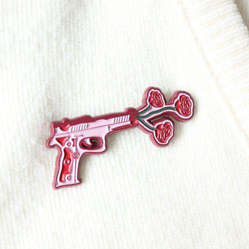 Pin's Pistolet avec des Fleurs
